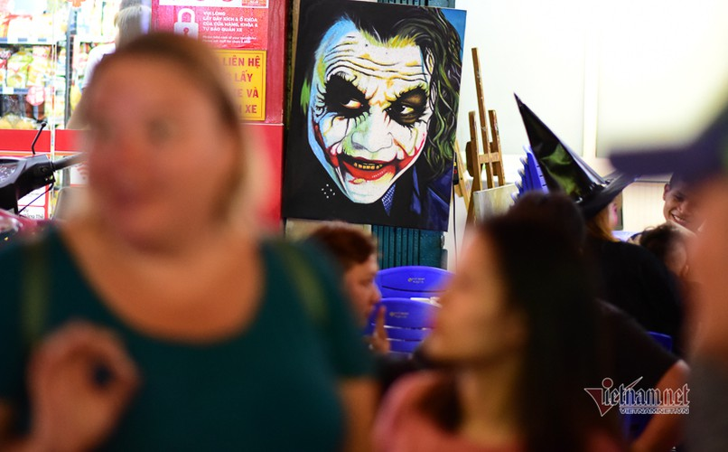 bui vien walking street bustles with visitors for halloween celebrations hinh 7