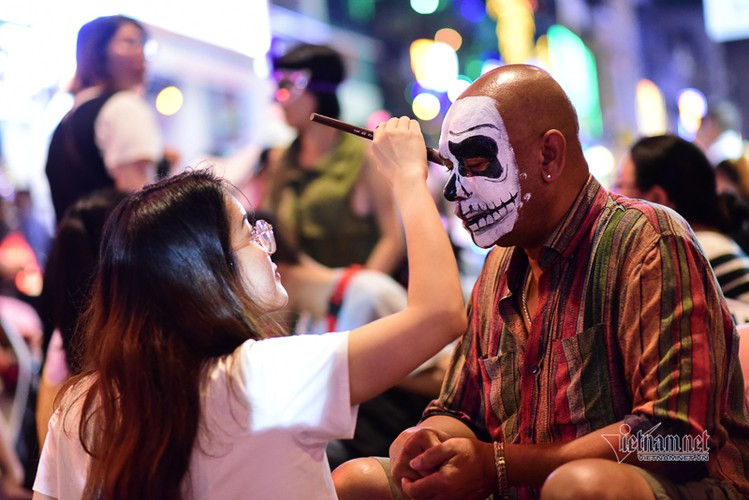 bui vien walking street bustles with visitors for halloween celebrations hinh 9