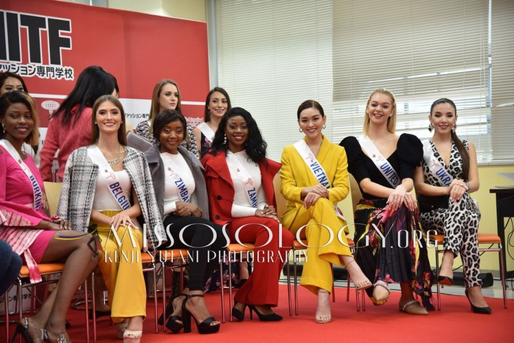 miss international vietnam teaches japanese students how to model on stage hinh 1