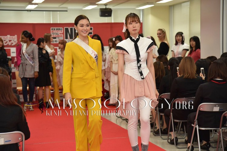 miss international vietnam teaches japanese students how to model on stage hinh 4