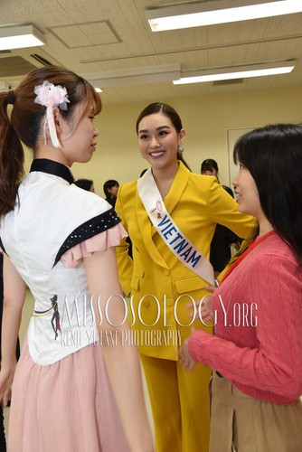 miss international vietnam teaches japanese students how to model on stage hinh 8