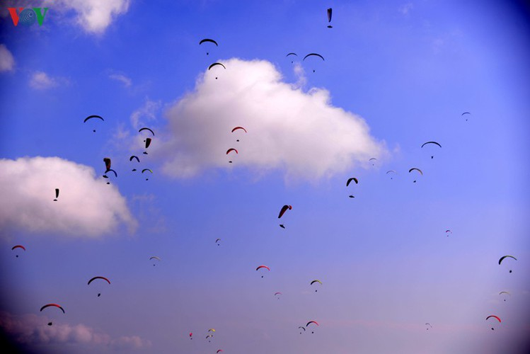 putaleng international paragliding competition concludes in lai chau hinh 1