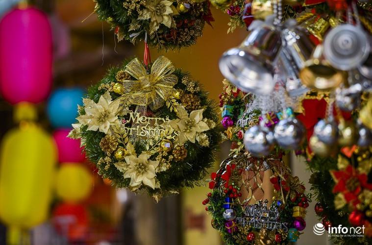pre-christmas hustle and bustle hits hang ma street hinh 15