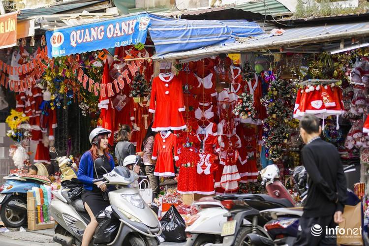 pre-christmas hustle and bustle hits hang ma street hinh 17