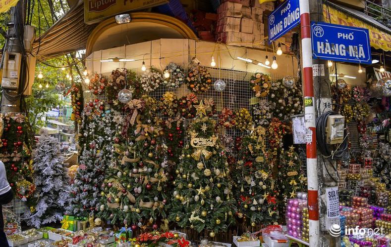 pre-christmas hustle and bustle hits hang ma street hinh 1