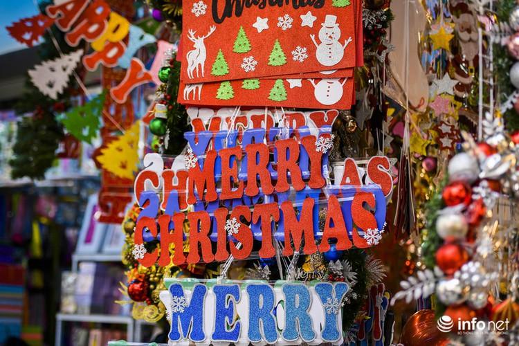 pre-christmas hustle and bustle hits hang ma street hinh 4