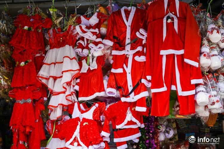 pre-christmas hustle and bustle hits hang ma street hinh 6