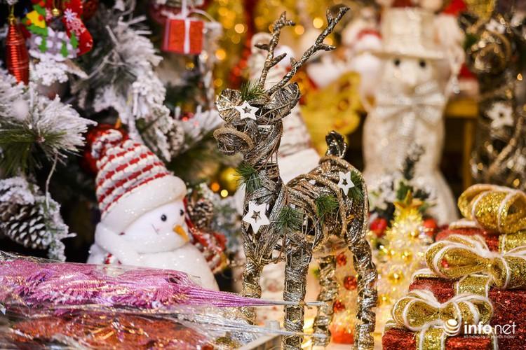pre-christmas hustle and bustle hits hang ma street hinh 7