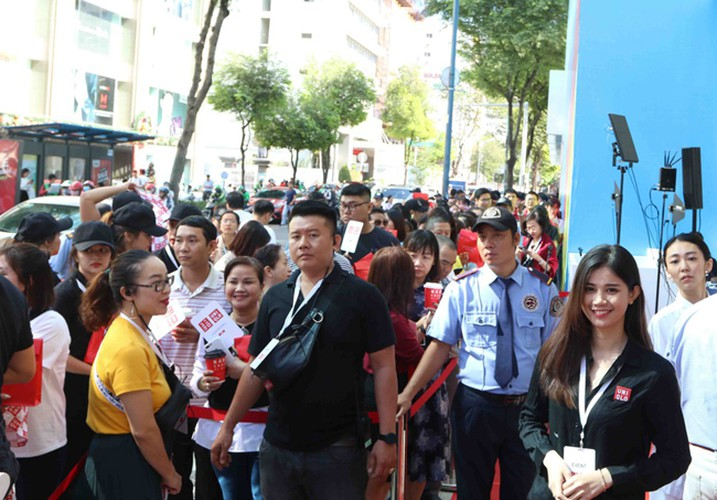 crowds out in force for launch of first uniqlo store in downtown hcm city hinh 11