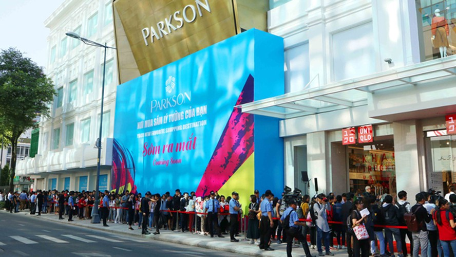 crowds out in force for launch of first uniqlo store in downtown hcm city hinh 1