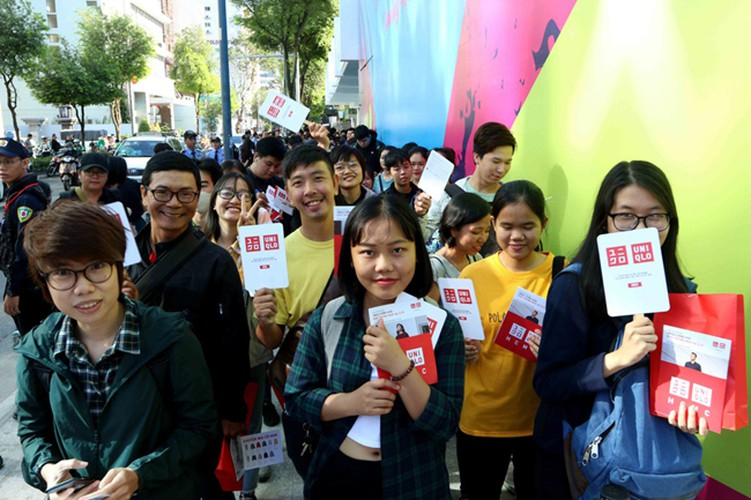 crowds out in force for launch of first uniqlo store in downtown hcm city hinh 2