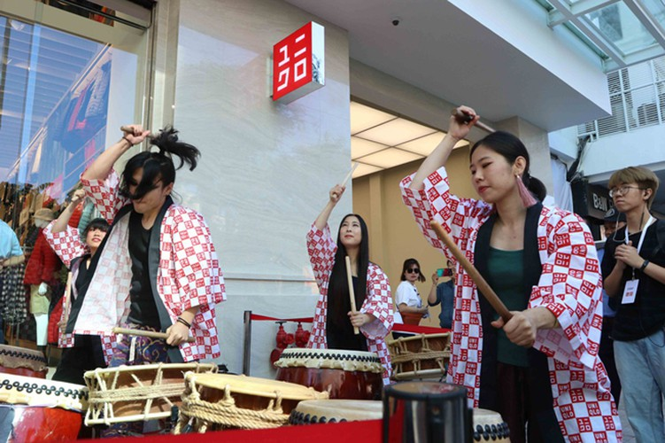 crowds out in force for launch of first uniqlo store in downtown hcm city hinh 3