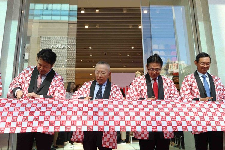 crowds out in force for launch of first uniqlo store in downtown hcm city hinh 5