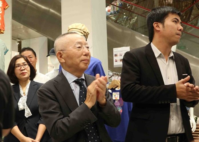 crowds out in force for launch of first uniqlo store in downtown hcm city hinh 6