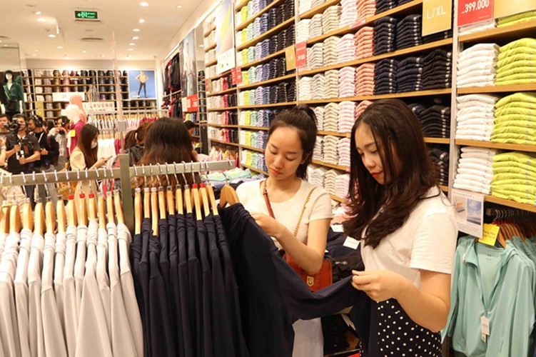 crowds out in force for launch of first uniqlo store in downtown hcm city hinh 8