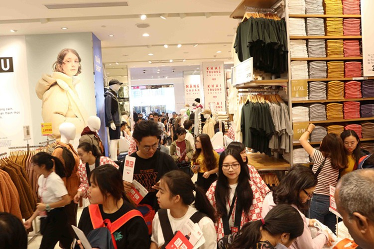 crowds out in force for launch of first uniqlo store in downtown hcm city hinh 9