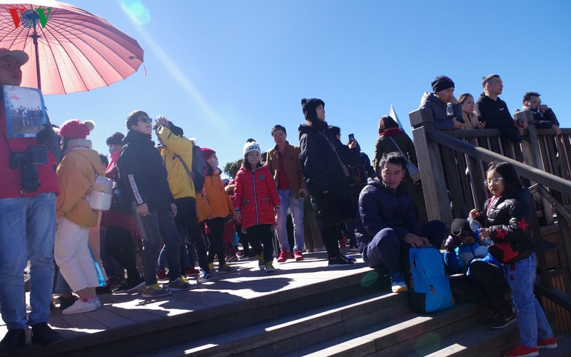 hordes of tourists head to the peak of fansipan hinh 10