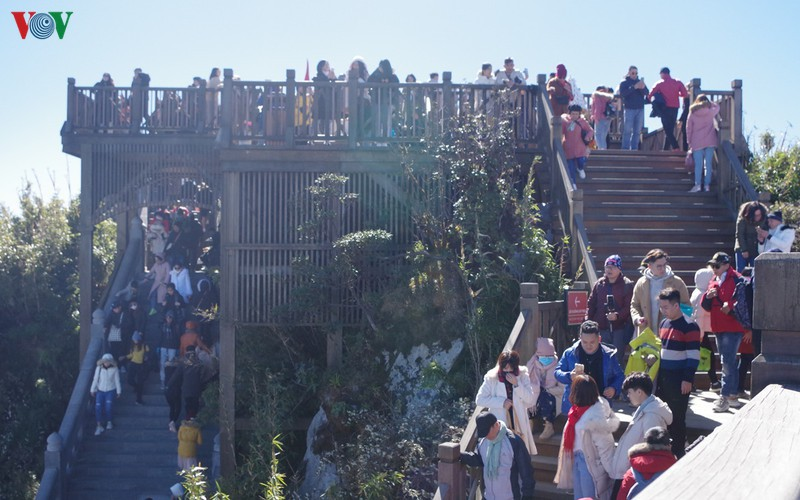 hordes of tourists head to the peak of fansipan hinh 11