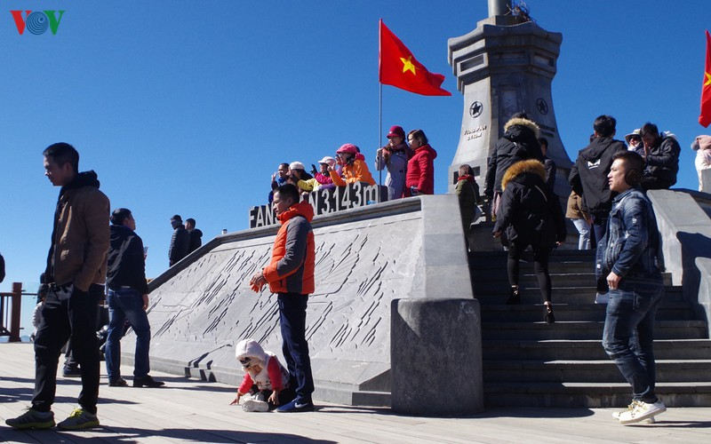 hordes of tourists head to the peak of fansipan hinh 14