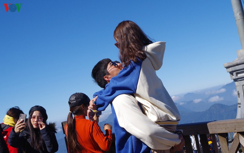 hordes of tourists head to the peak of fansipan hinh 15