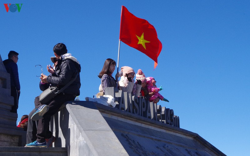 hordes of tourists head to the peak of fansipan hinh 16