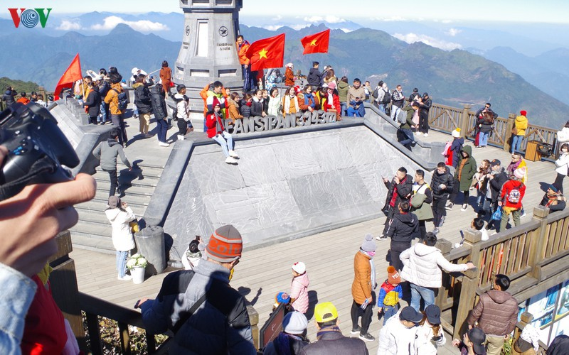 hordes of tourists head to the peak of fansipan hinh 1