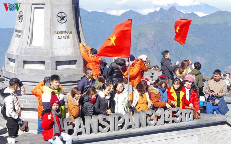 hordes of tourists head to the peak of fansipan hinh 2