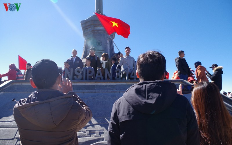 hordes of tourists head to the peak of fansipan hinh 3