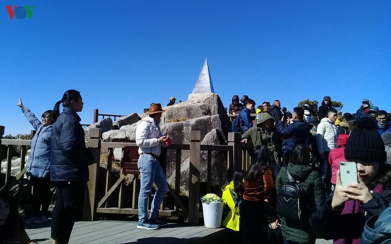 hordes of tourists head to the peak of fansipan hinh 5