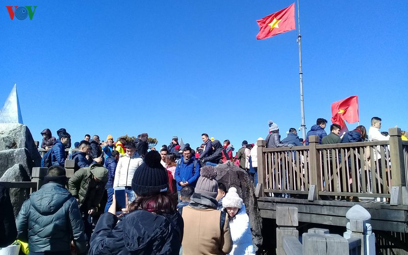 hordes of tourists head to the peak of fansipan hinh 6