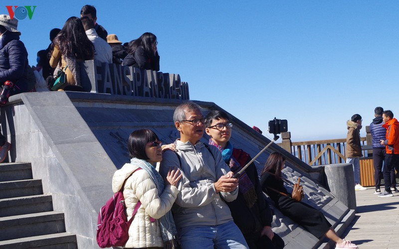 hordes of tourists head to the peak of fansipan hinh 7