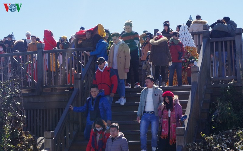 hordes of tourists head to the peak of fansipan hinh 8