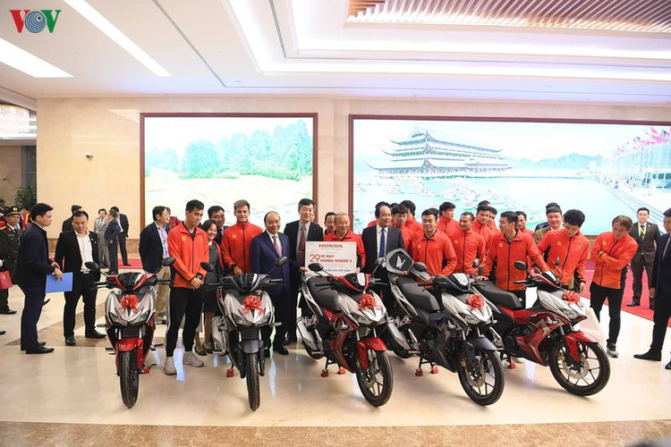 pm hosts welcome party praising vietnamese football's success at sea games hinh 13