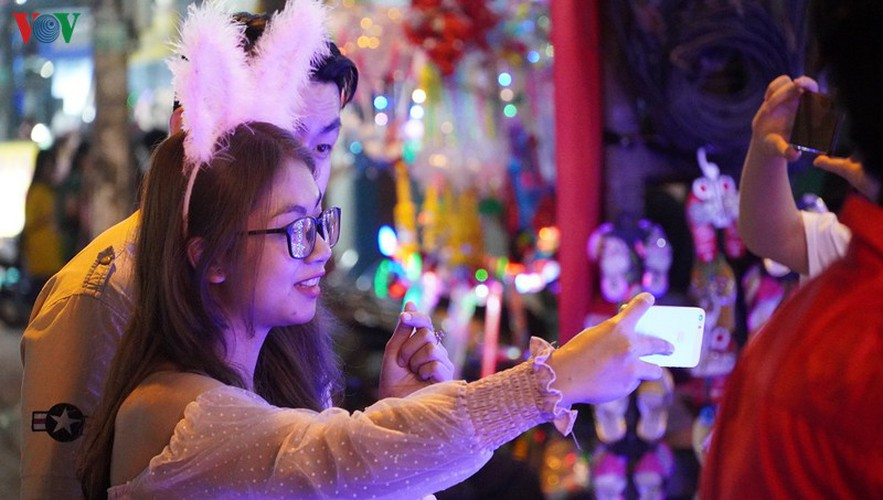 catholic parish in hcm city sparkles in buildup to christmas hinh 11
