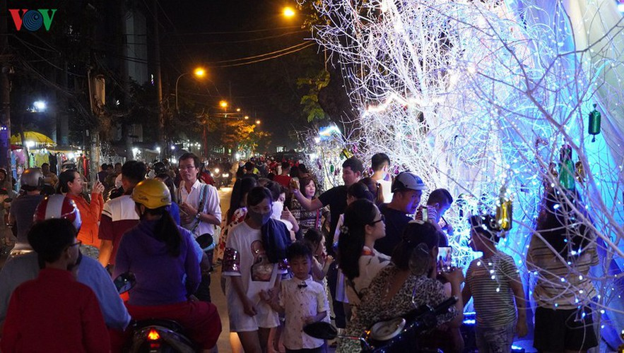 catholic parish in hcm city sparkles in buildup to christmas hinh 2