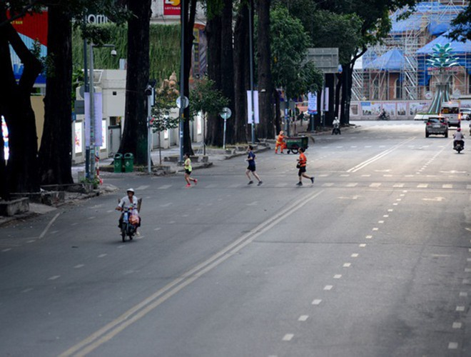 hanoi and ho chi minh city residents enjoy first day of 2020 hinh 25