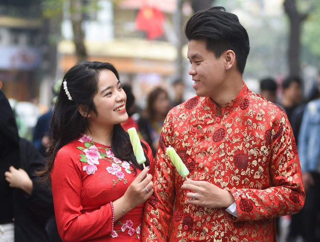 hanoi and ho chi minh city residents enjoy first day of 2020 hinh 3