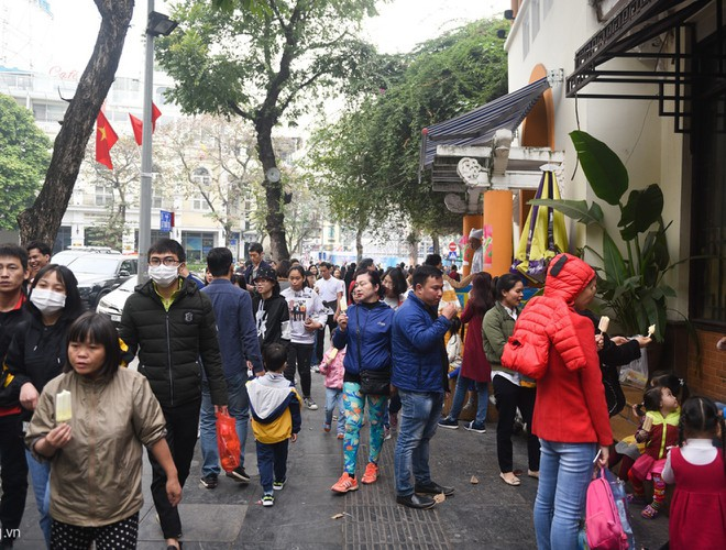hanoi and ho chi minh city residents enjoy first day of 2020 hinh 4