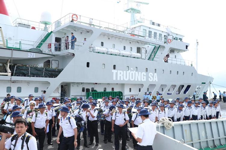 naval ships bearing tet gifts brings joy to soldiers at sea hinh 1