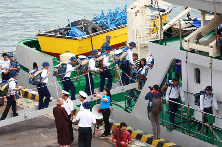 naval ships bearing tet gifts brings joy to soldiers at sea hinh 2