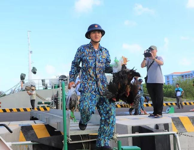 naval ships bearing tet gifts brings joy to soldiers at sea hinh 4