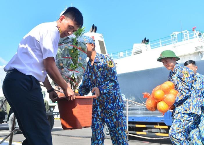 naval ships bearing tet gifts brings joy to soldiers at sea hinh 5
