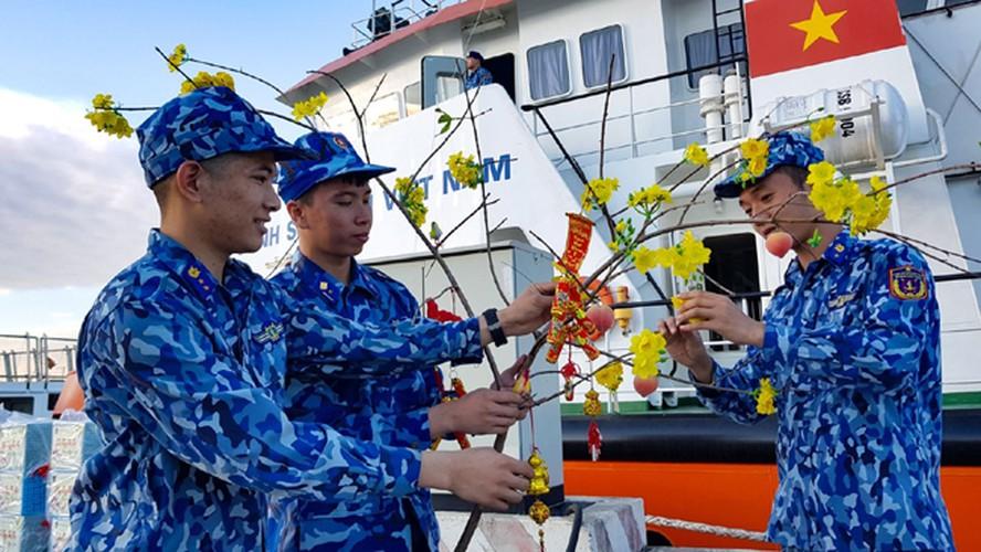 naval ships bearing tet gifts brings joy to soldiers at sea hinh 7