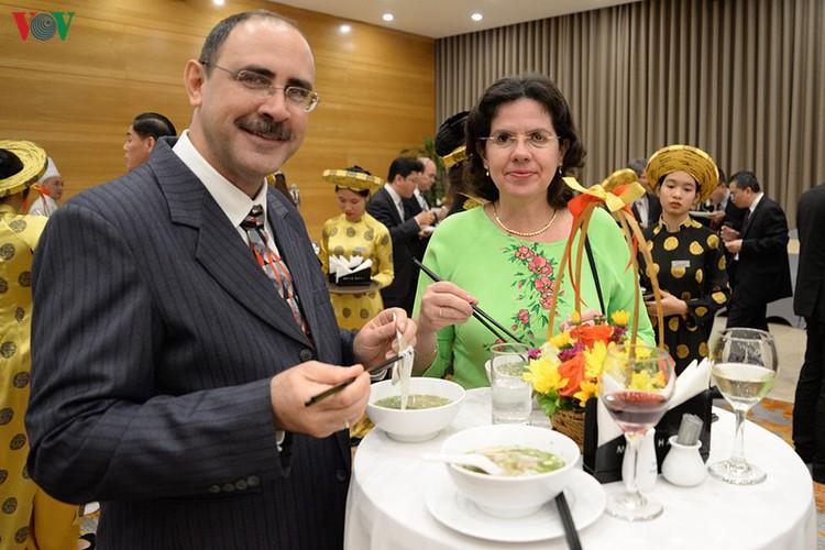 diplomatic representatives hosted by deputy pm at new year banquet hinh 16