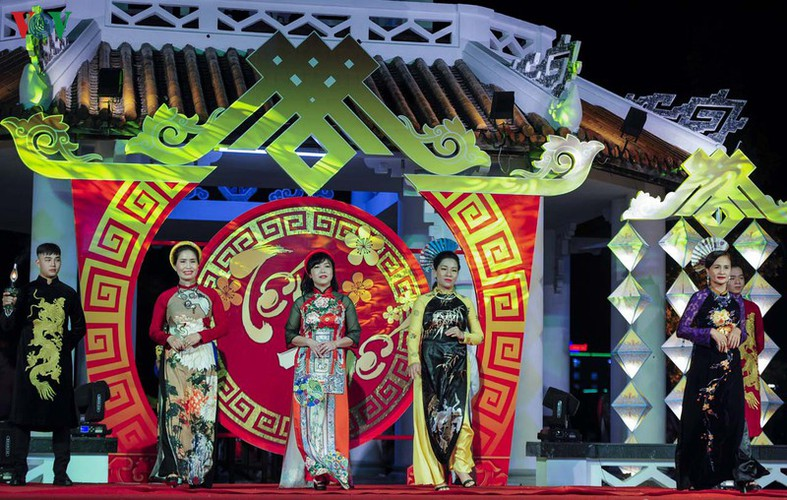 stunning ao dai go on show at tet hue festival 2020 hinh 11