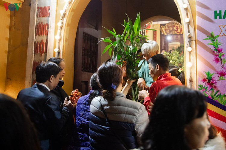 lunar new year visit to pagodas embraces vietnam's tet tradition hinh 2