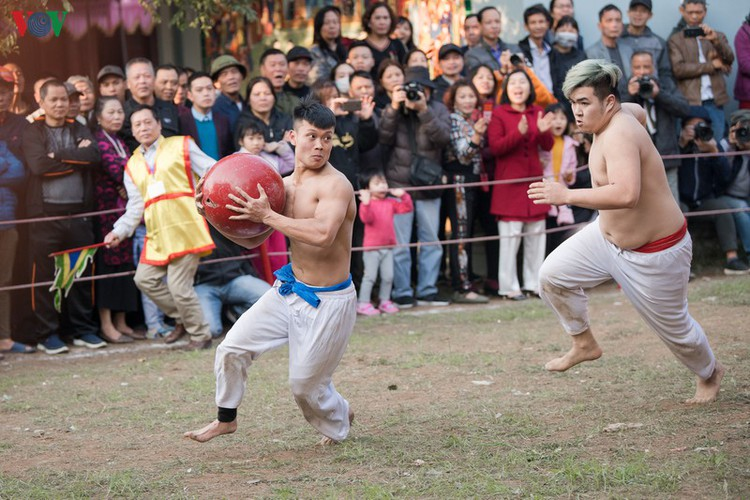 thrilling vat cau festival excites crowds in hanoi hinh 10
