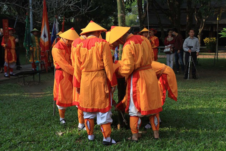 hue imperial citadel hosts reenactment of cay neu ceremony hinh 6