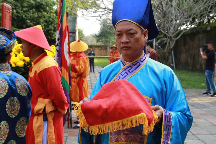 hue imperial citadel hosts reenactment of cay neu ceremony hinh 7