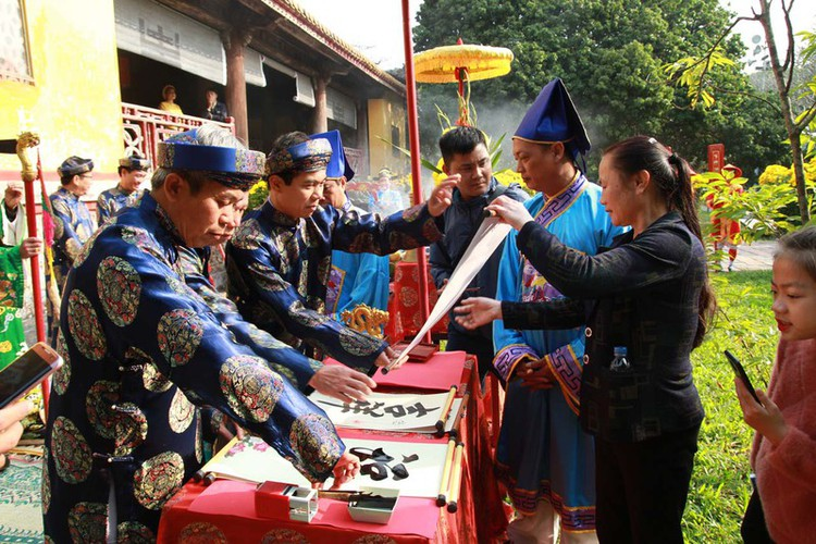 hue imperial citadel hosts reenactment of cay neu ceremony hinh 9
